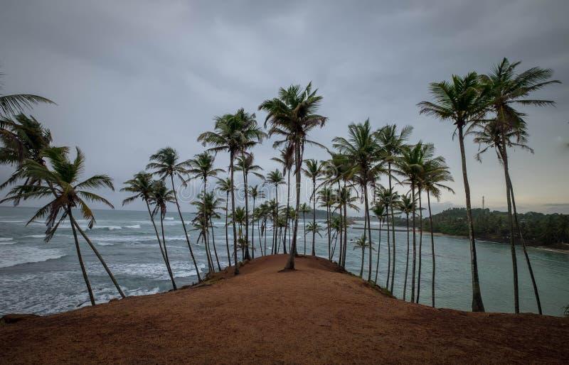 Le ciel nuageux sur la colline de Coconut, il est situé à Mirissa, Sri Lanka photos stock