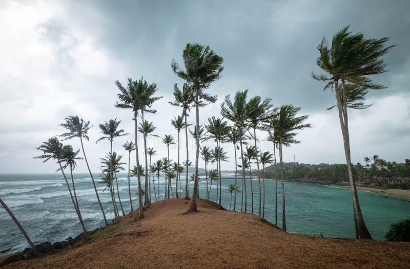 Le ciel nuageux sur la colline de Coconut, il est situé à Mirissa, Sri Lanka photos libres de droits