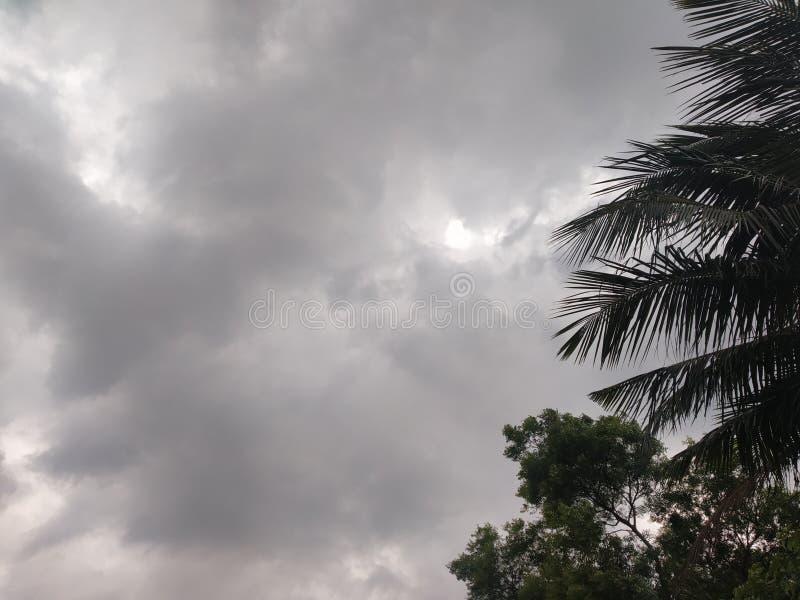 Le ciel pluvieux dans un village photographie stock