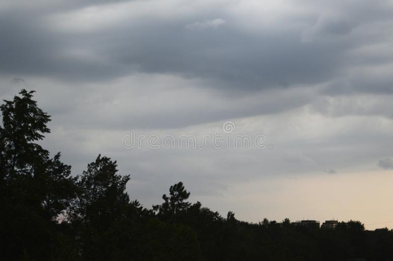 Le ciel pluvieux pendant un susnet photos libres de droits