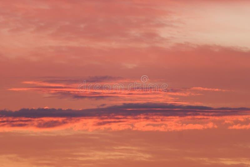 Le ciel rouge au coucher du soleil, les nuages oranges aménagent en parc photographie stock