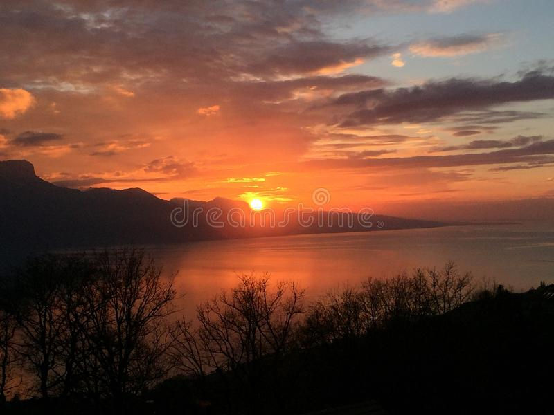 Le ciel rouge de coucher du soleil opacifie le lac photos libres de droits