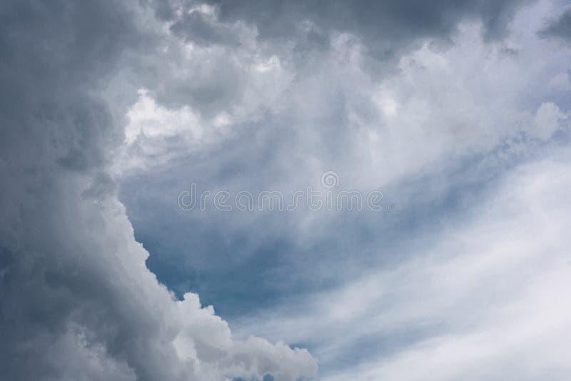 Le ciel ?tait obscurci avec des nuages avant que la pluie soit lourde image stock