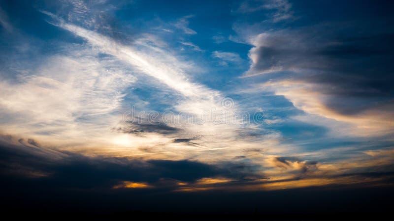 Le ciel traverse les nuages jaunes image stock