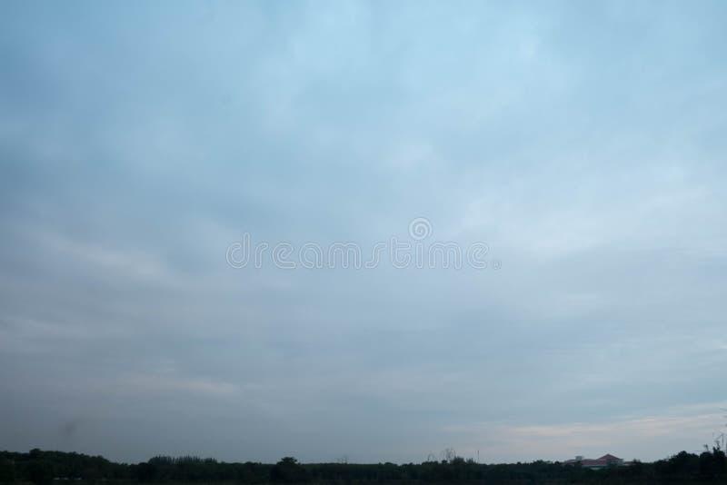 Le ciel va foncé images stock