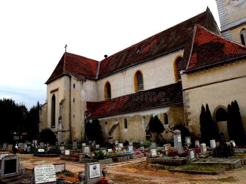 Le cimetière à l'intérieur de Bartolomeu (Bartholomä, Bartholomew) a enrichi l'église, Saxon, Roumanie photos libres de droits