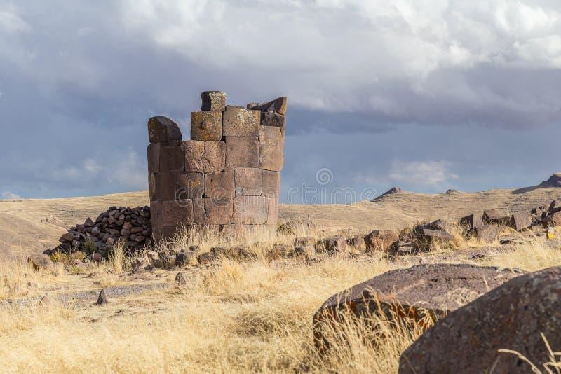 Le cimetière antique de Sillustani avec les tours funéraires cylindrique de Chullpas de géant construites par un peuple pré-inca  image stock