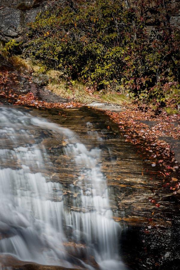Le cimetière met en place la cascade en automne en Caroline du Nord image stock