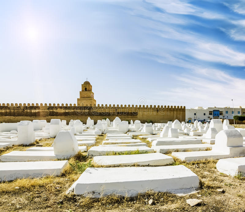 Le cimetière musulman antique à travers de la mosquée dans Kairouan images stock