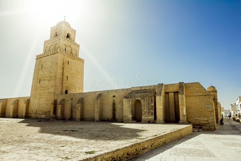 Le cimetière musulman antique à travers de la mosquée dans Kairouan photos stock