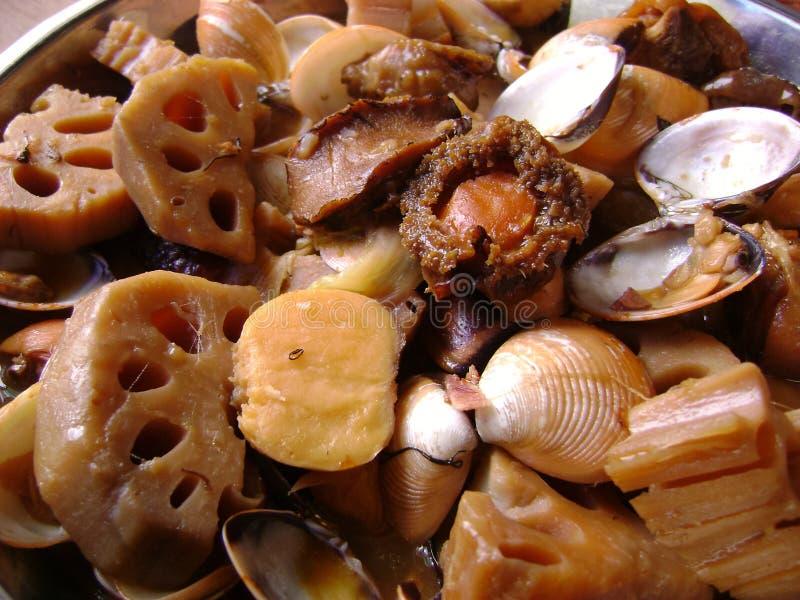 Le cioppino de fruits de mer avec l'ormeau, la palourde et le lotus s'enracinent photographie stock