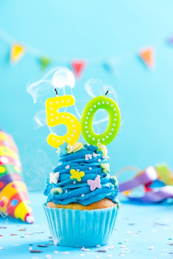 Le ciquantième cinquantième petit gâteau d'anniversaire avec la bougie soufflent Maquette de carte photos libres de droits