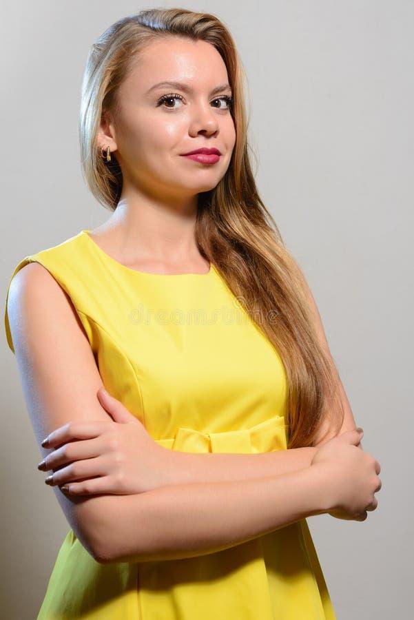 Le citron de port de sourire de femme sexy blonde aux cheveux longs s'habillent photos libres de droits