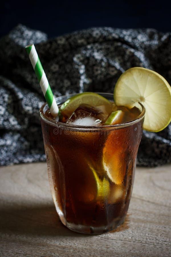 Le citron a glacé le thé photo stock