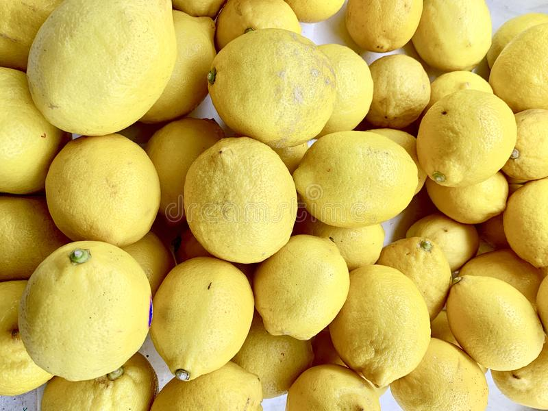 Le citron ou le citron, acidifient, acidifient doit faire cuire Or pour manger photo libre de droits