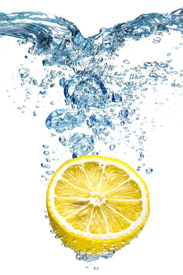 Le citron tombe profondément sous l'eau photo libre de droits