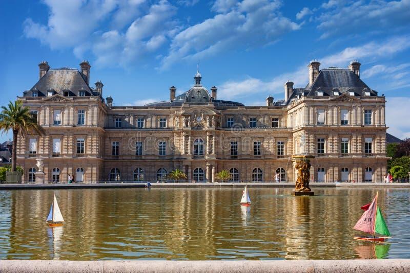 Le citylandscape parisien - vue de la piscine avec les voiliers de flottement de jouet devant la façade du sud Palais De Luxembou photos libres de droits