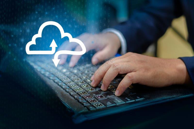 Le clavier d'impression de main pressent entrent dans le bouton sur l'homme d'affaires de main d'ordinateur relient le nuage rass photo stock