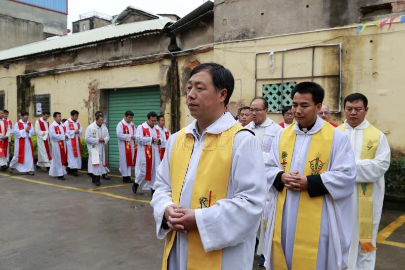 Le clergé catholique faisant la queue pour entrer dans l'église image libre de droits