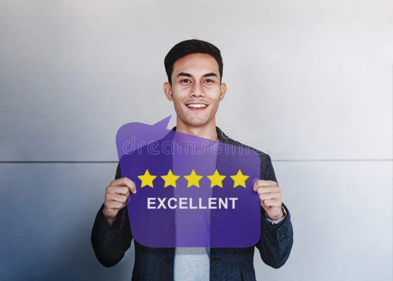 Le client éprouve le concept Étoiles heureuses de l'apparence cinq de client évaluant et examen positif photos libres de droits