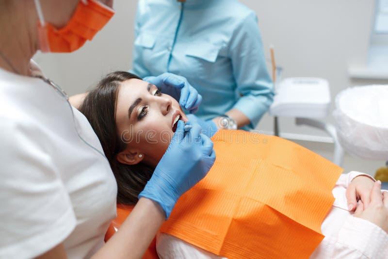 Le client dans la chaise dentaire image libre de droits