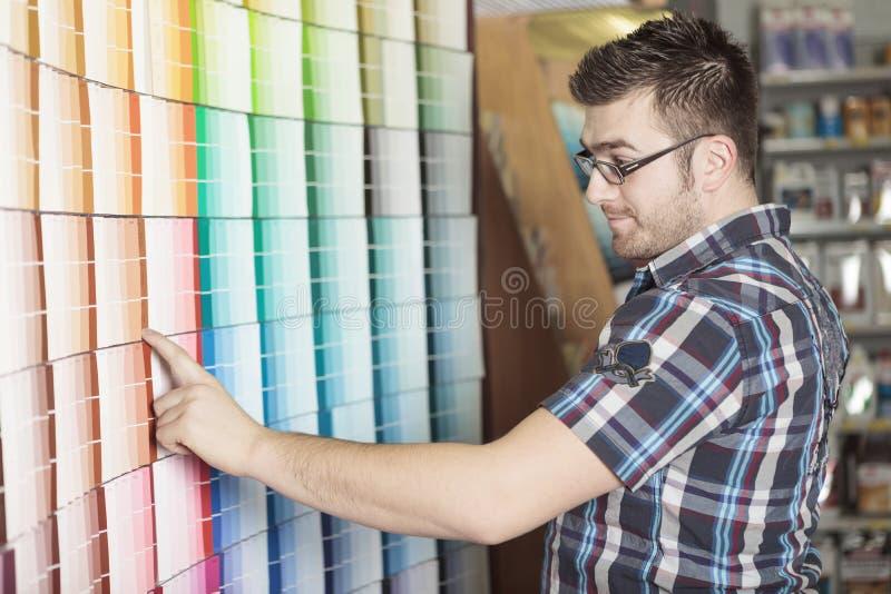 Le client de magasin de matériel font quelques achats pour le sien photo libre de droits