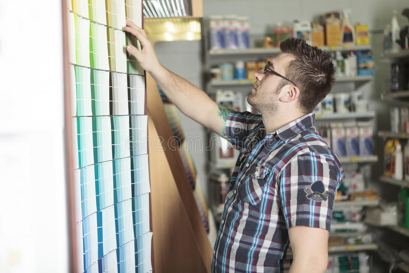 Le client de magasin de matériel font quelques achats pour le sien photographie stock libre de droits