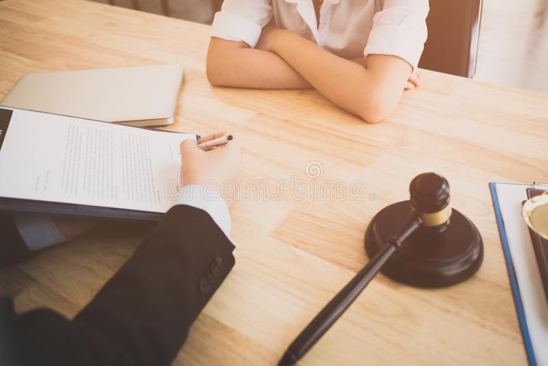 Le client et l'avocat ont un entretien en face-à-face de reposer vers le bas pour discuter le juridique image libre de droits
