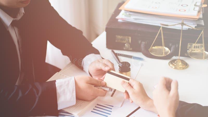 Le client et l'avocat ont un entretien en face-à-face de reposer vers le bas au disque images stock