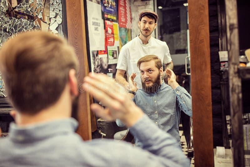 Le client explique la coiffure de règlage photos stock