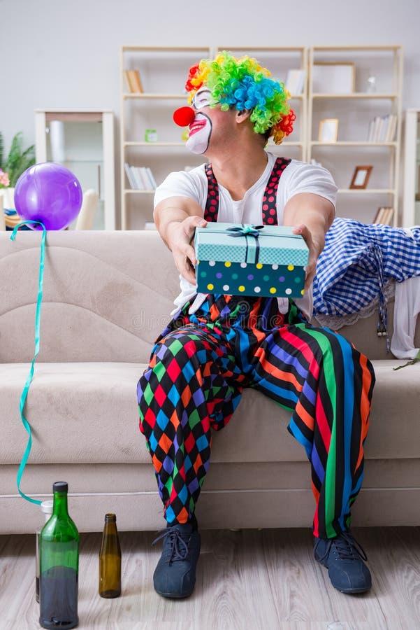 Le clown ivre célébrant ayant une partie à la maison image libre de droits