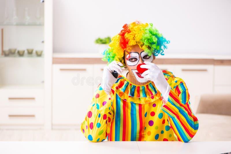 Le clown masculin se préparant à la représentation à la maison photos libres de droits