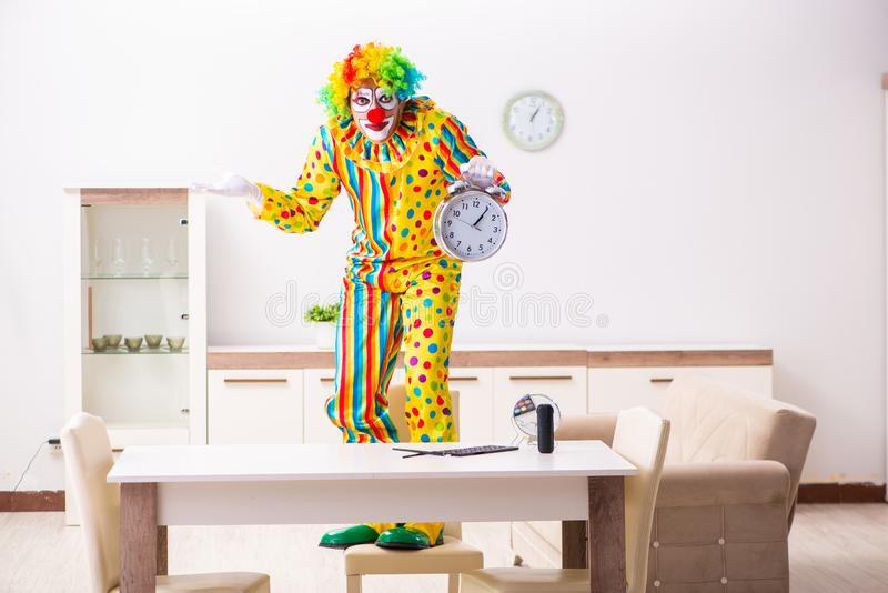 Le clown masculin se préparant à la représentation à la maison image libre de droits