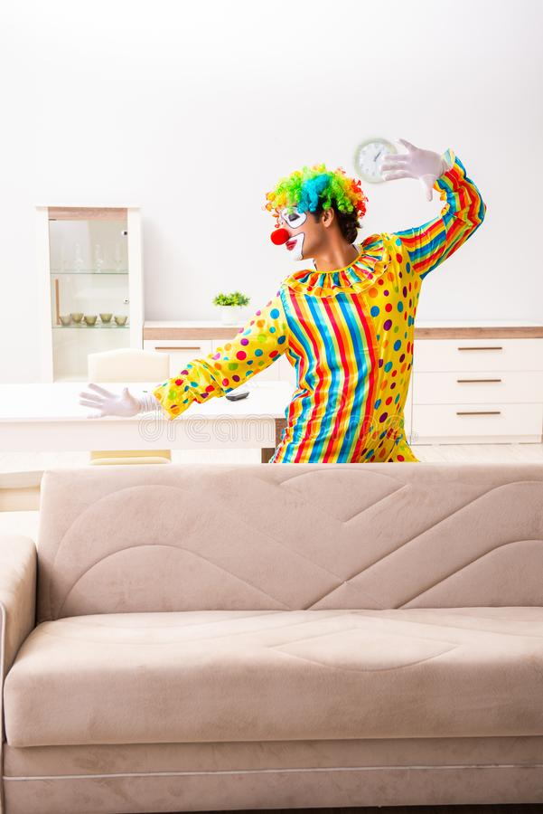 Le clown masculin se préparant à la représentation à la maison photographie stock libre de droits