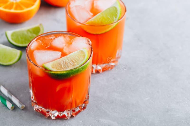 Le cocktail Carrot Ginger Margarita avec de la chaux en verre photo libre de droits