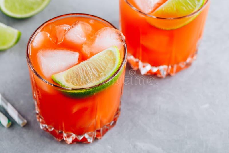 Le cocktail Carrot Ginger Margarita avec de la chaux en verre photographie stock