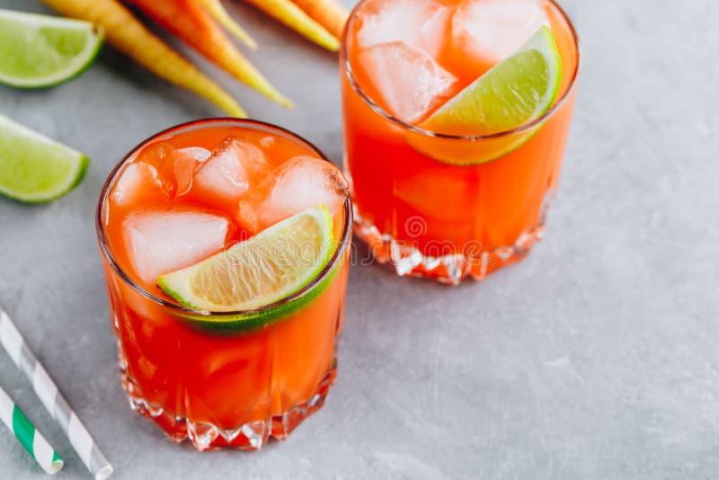 Le cocktail Carrot Ginger Margarita avec de la chaux en verre image stock