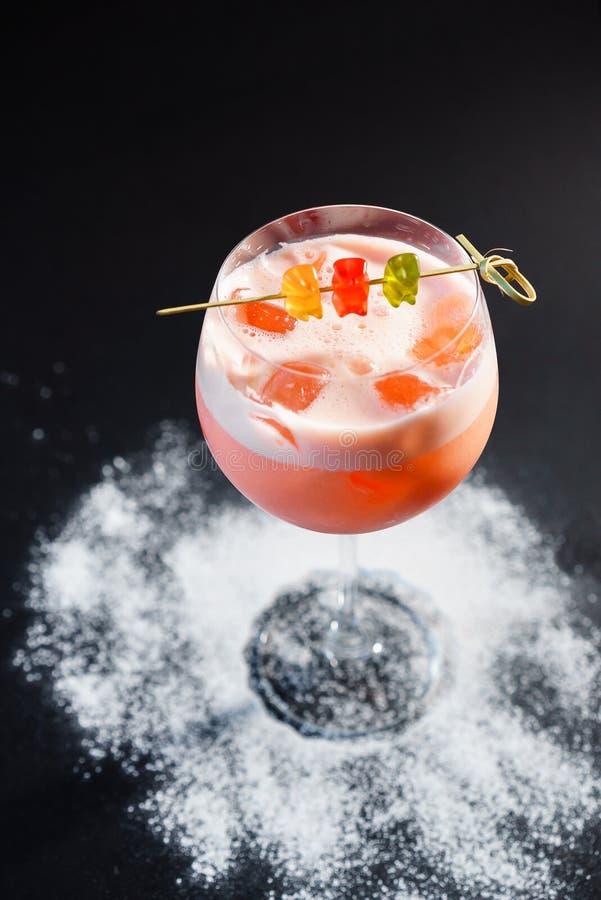 Le cocktail de cocktail avec gommeux concerne un fond noir de texture, l'espace des textes image stock