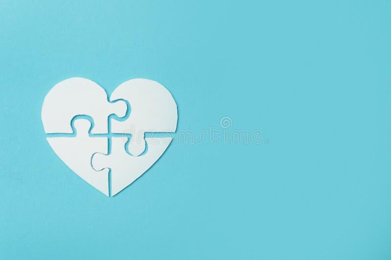 Le coeur blanc a fait des morceaux symboliques de puzzle d'autisme images libres de droits
