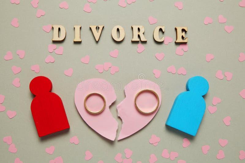 Le coeur bris? et deux anneaux d'or Divorce, amour et conflit de couples de personnes photographie stock