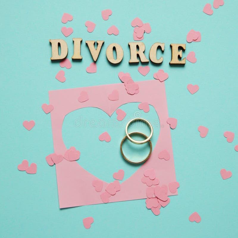 Le coeur bris? et deux anneaux d'or Divorce civil de famille, conflit images stock