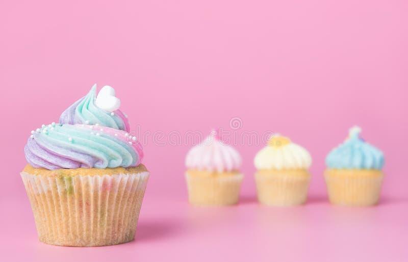 Le coeur a complété le petit gâteau sur le rose pour le concept roman image libre de droits