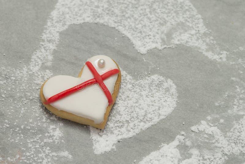 Le coeur de la valentine cuite au four avec le glaçage blanc et rouge images stock