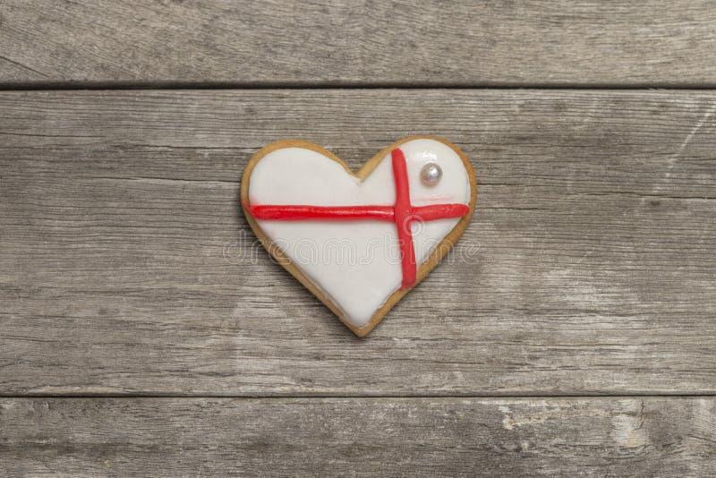 Le coeur de la valentine cuite au four couvert de glaçage blanc et rouge photographie stock
