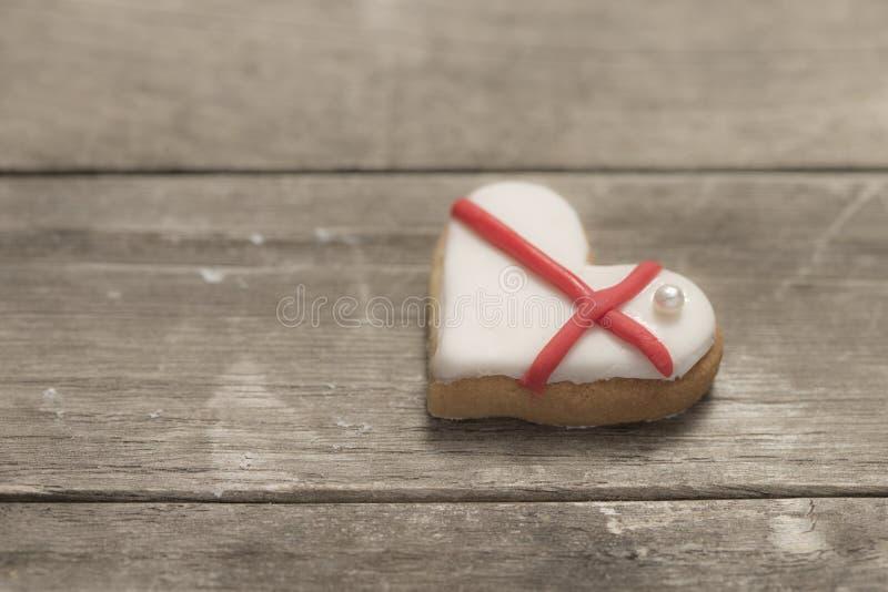 Le coeur de la valentine cuite au four couvert de glaçage blanc et rouge photo libre de droits