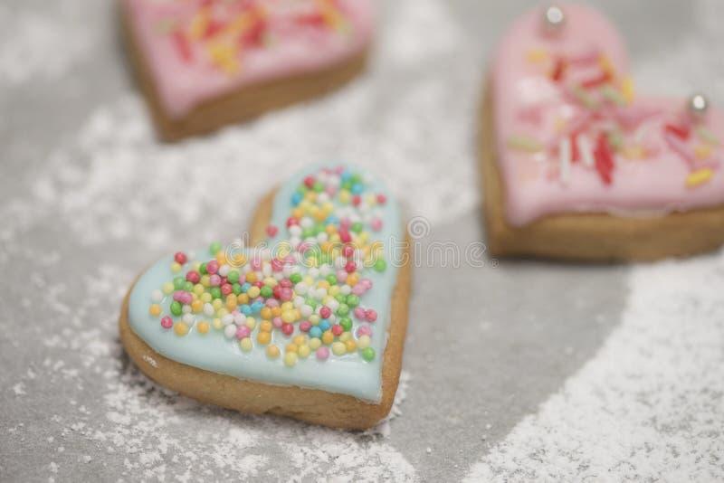 Le coeur de la valentine cuite au four couvert de glaçage et de confettis bleus photographie stock