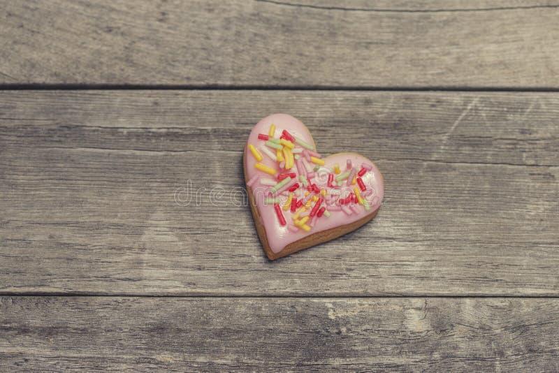 Le coeur de la valentine cuite au four couvert de glaçage rose photographie stock