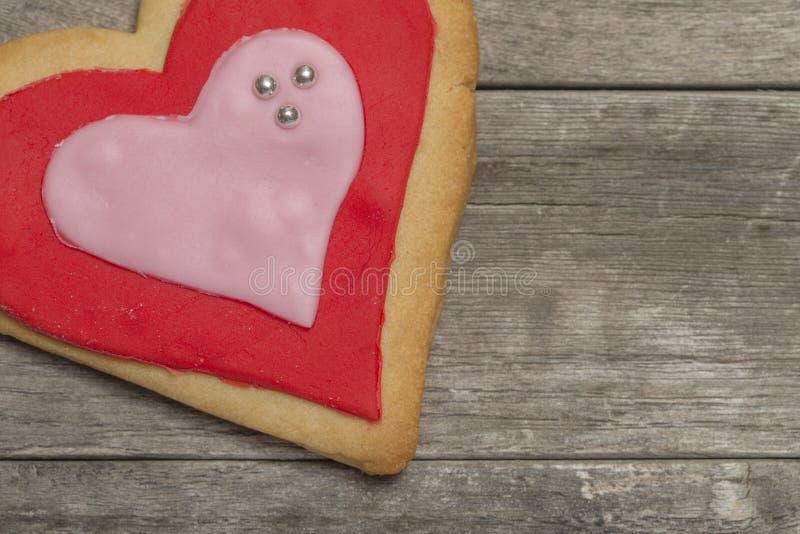 Le coeur de la valentine cuite au four délicieuse avec le glaçage rouge et rose image libre de droits