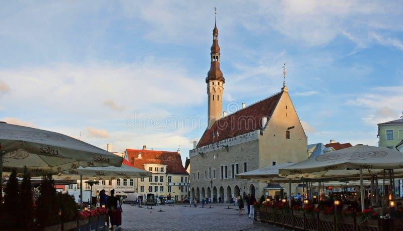 Le coeur de Tallinn dans la vieille ville avec l'hôtel de ville sur ewening photographie stock libre de droits