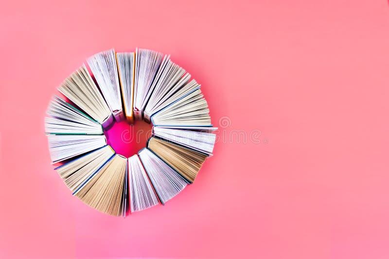 Le coeur des livres sur le fond de corail Vue sup?rieure Livres d'histoire d'amour Copiez l'espace image stock